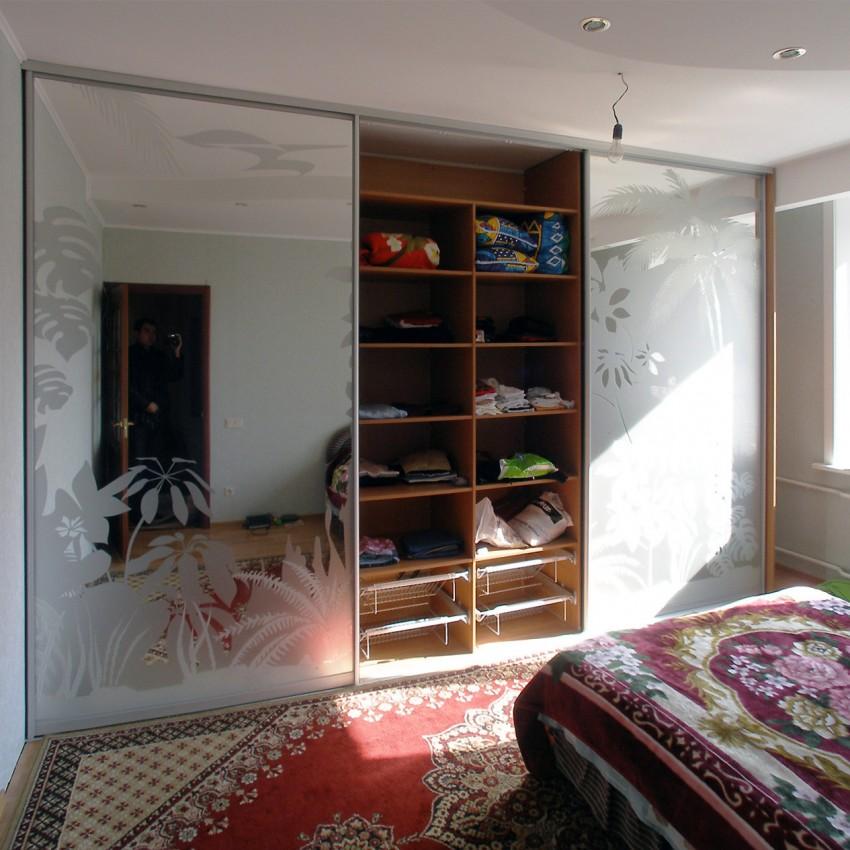 шкафы в спальню фото внутри стен стоит только зайти
